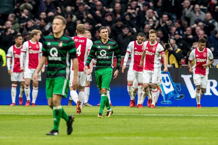 Feyenoord-spelers Toornstra (l) en Berghuis (r) balen na een tegentreffer.
