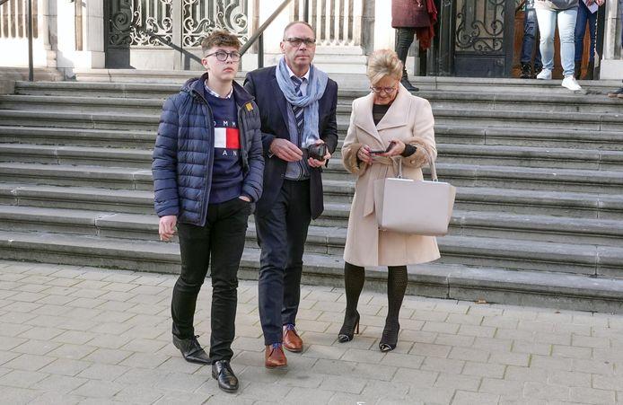 Milan met zijn ouders op de dag van het proces.
