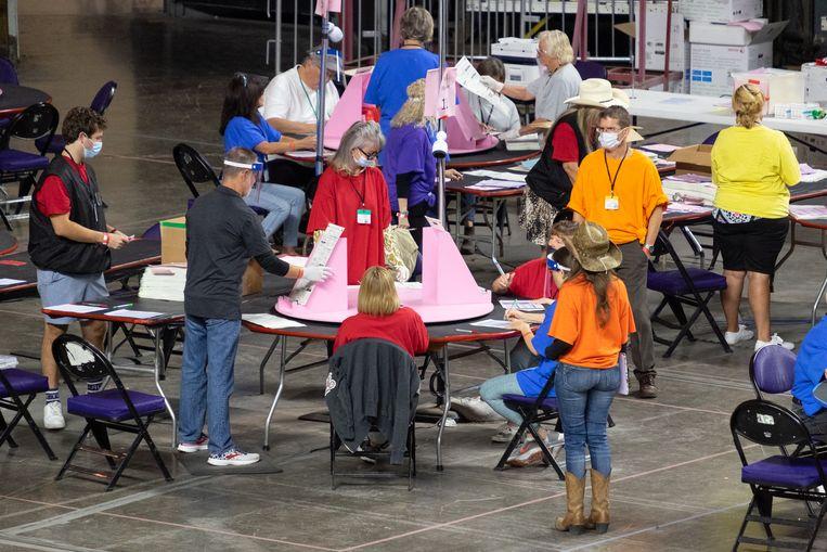 De stemmen worden herteld in Arizona. Beeld Eline van Nes