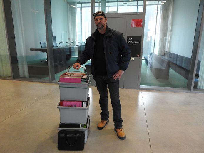 Schoonzoon Nico Albers sleepte drie bakken met in totaal achttien mappen bewijsmateriaal mee naar de rechtbank.