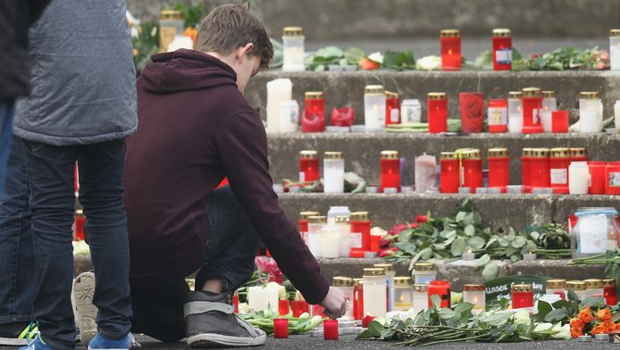 Jongeren leggen bloemen en kaarsen bij de school in het Duitse Haltern. 16 leerlingen en twee leerkrachten kwamen gisteren om het leven bij de Germanwings-crash.