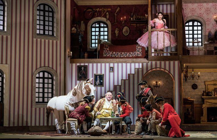 Vrolijk tumult in Rossini's opera Il barbiere di Siviglia. Beeld Marco Borggreve