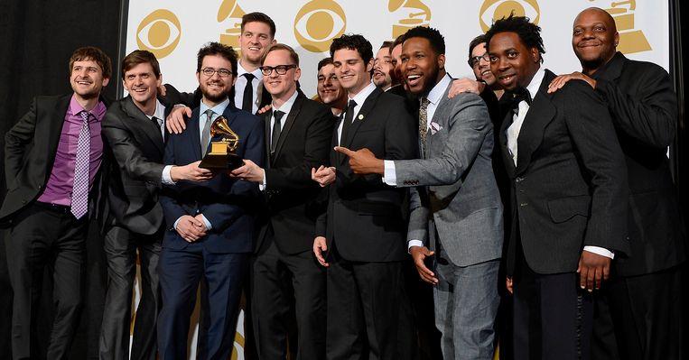Leden van de band Snarky Puppy met hun Grammy Award voor Best R&B Performance in 2014. Beeld EPA