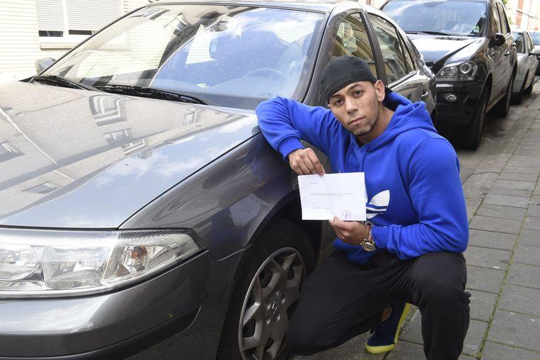 """Ahmed Jettary bij zijn beschadigde auto in de Zonstraat: """"Ik vond de krassen niet zo grappig, maar bij het lezen van de brief moest ik toch even grijnzen."""""""