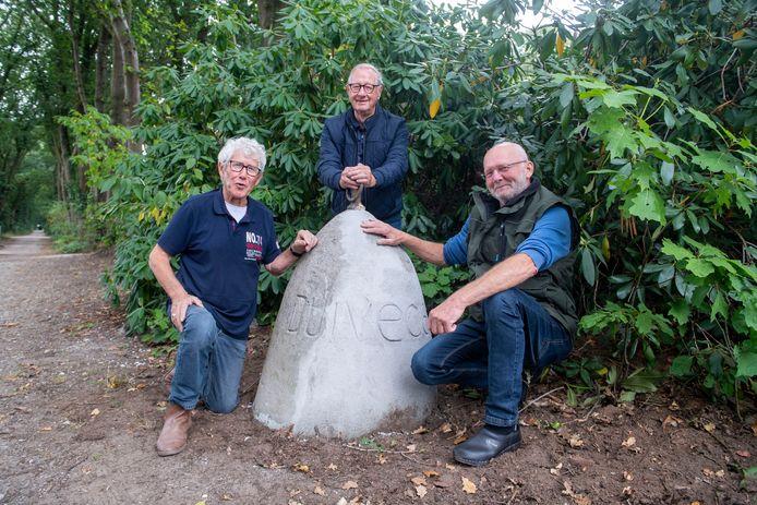 Vrijwilligers van de Oald Helders Noaberschap hebben de markeringsstenen van de oprijlaan van voormalig landgoed Duivecate gerestaureerd. Vanaf links Gerard Eektimmerman, Frits van Buren en Dinand Samsen.