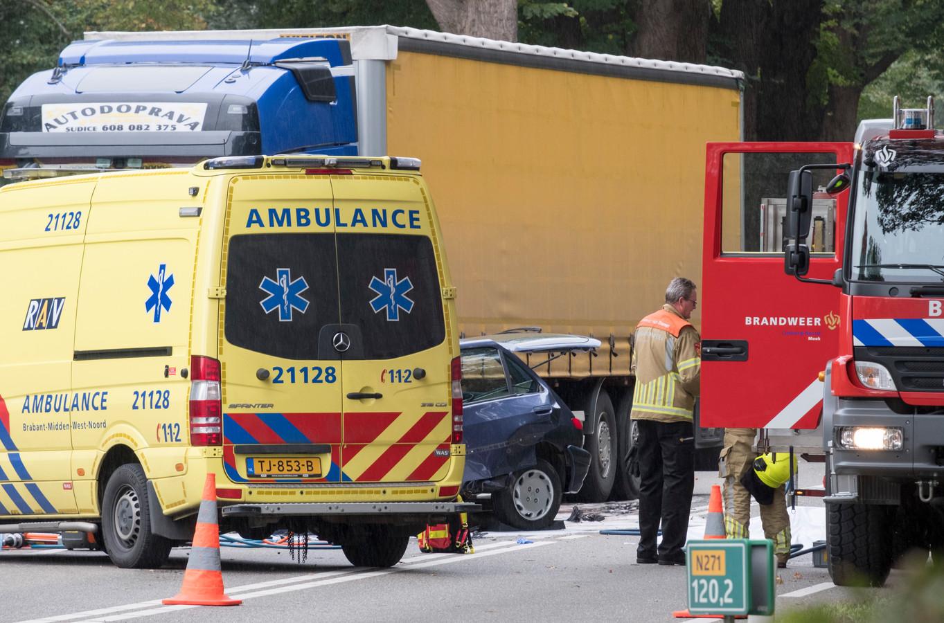 De inzittende van de personenauto die in botsing kwam met een vrachtwagen is overleden.