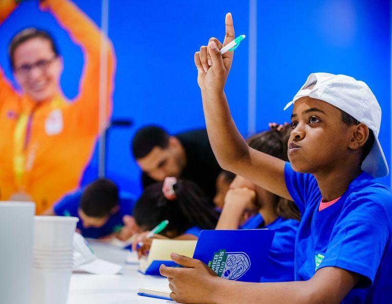 Rotterdamse kinderen die door de corona-lockdown een onderwijsachterstand hebben opgelopen, spijkeren hun kennis gratis bij tijdens een zomercampus.  Beeld ANP