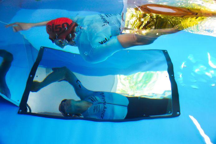 Nelleke Baldé in haar zwembad. Via de spiegels onderwater kan ze kijken of ze technisch goed zwemt.