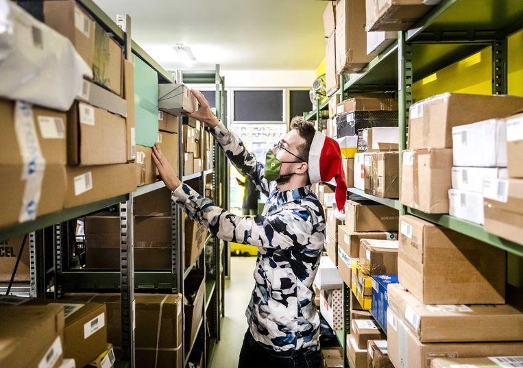 Een medewerker bij pakketpunt Parcls.  Beeld ANP