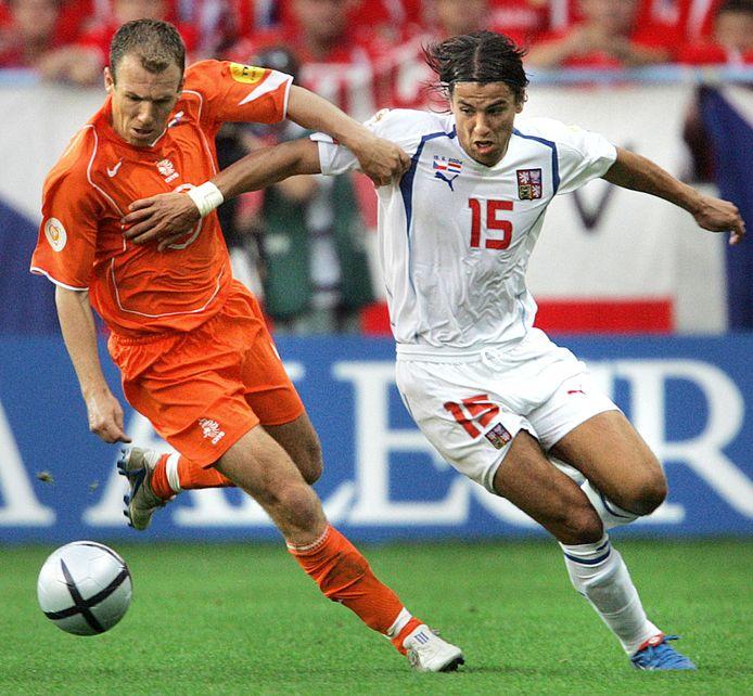 De beroemdste Nederland-Tsjechië uit de geschiedenis. Op het EK van 2004 in Portugal werd uitblinker Arjen Robben - in duel met Milan Baros - om onbegrijpelijke redenen gewisseld door bondscoach Dick Advocaat.