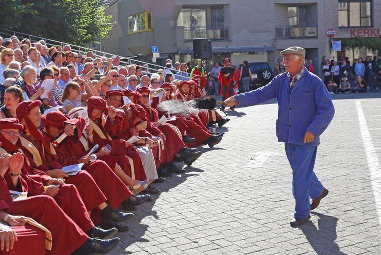 De leden van de gemeenteraad krijgen een kwispel wijwater over zich heen van de groep van Kaudertaveerne.