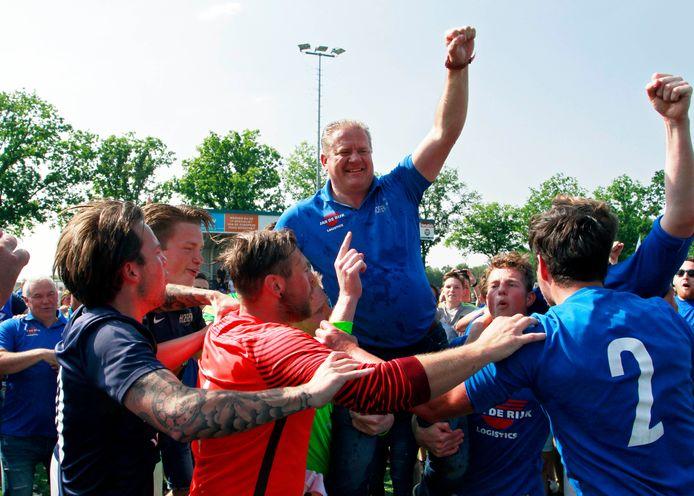 Trainer Eric Koenraads op de schouders na het behalen van de titel in 3A.