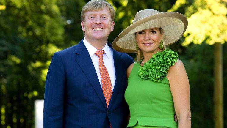 Koning Willem Alexander (L) en koningin Máxima bij de uitreiking van het eerste exemplaar van het Droomboek op Paleis Het Loo Beeld anp