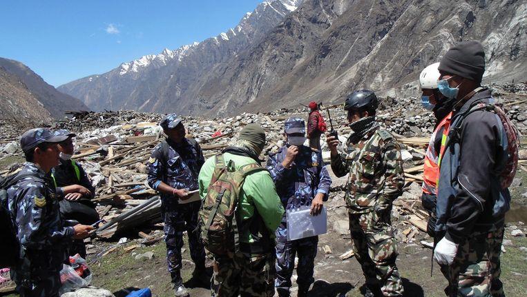 Reddingswerkers inspecteren de schade in Langtang. Beeld epa