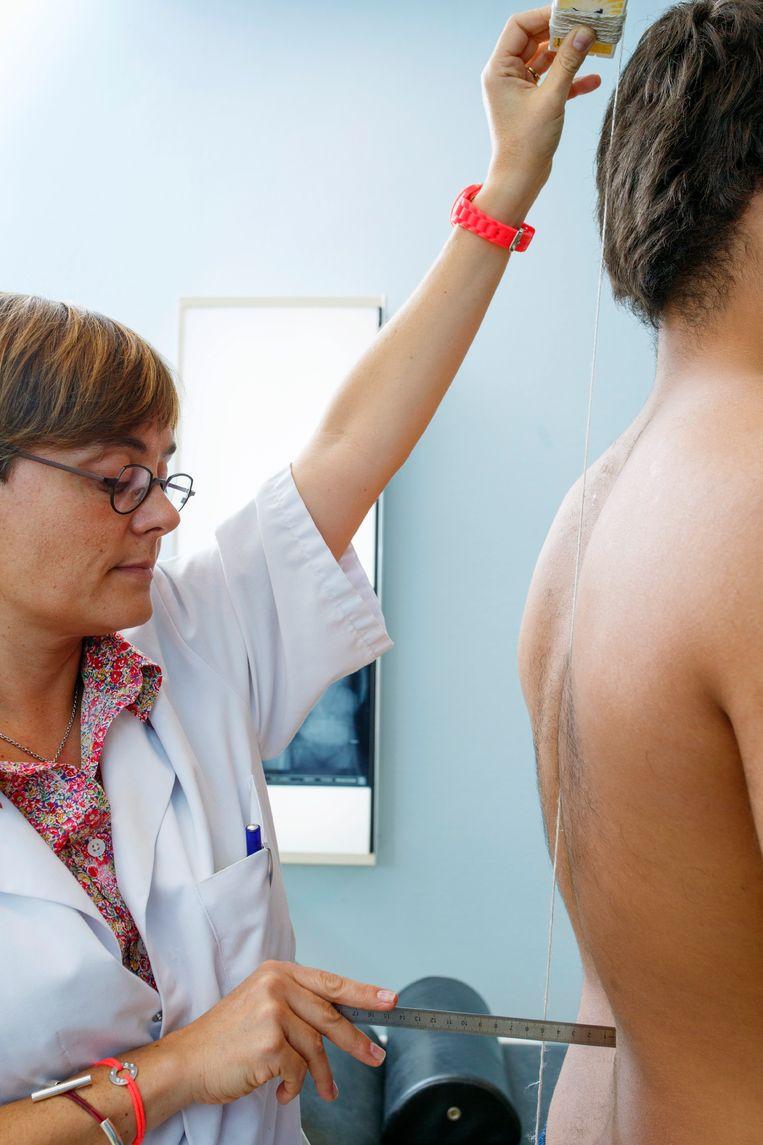 Een rugpatiënt bij de dokter.  Beeld UIG via Getty Images