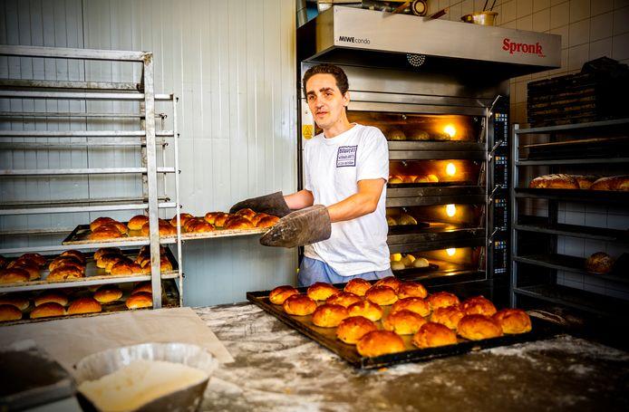 Yoran de Bruin (33) is bijna blind en werkt als bakker bij de Bakkerswerkplaats.