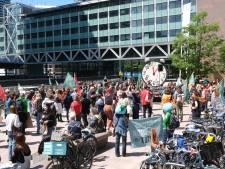Honderden klimaatstakers lopen protestmars door Den Haag