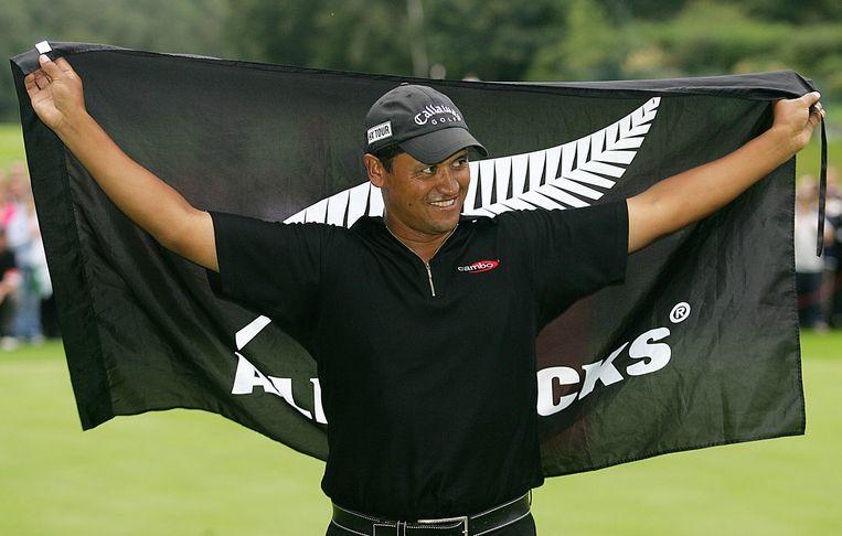 De Nieuw-Zeelandse golfer Michael Campbell met de All Blacks rugby vlag. Beeld afp