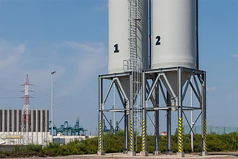 De gemeente zal een silo voor strooizout plaatsen met een laadbrug waaronder vrachtwagens en tractoren kunnen rijden om te laden.