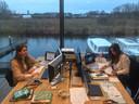 Zussen Sofie, Roos en Eva (die laatste niet op de foto) gebruiken een leeg kantoor van hun opa als schoolruimte.