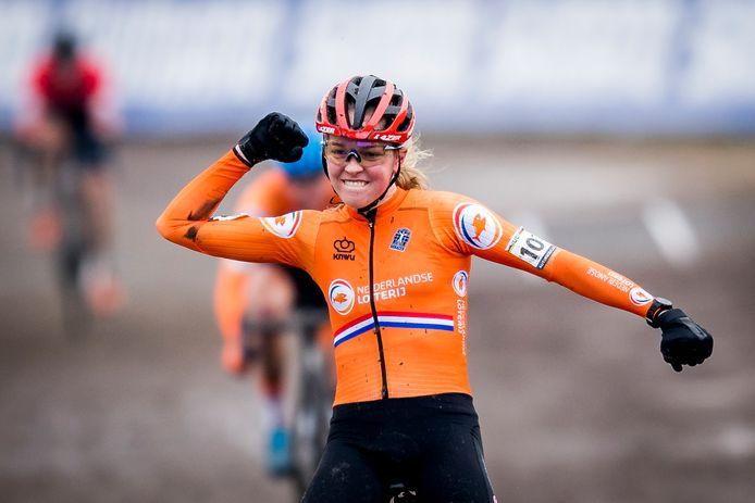 Fem Van Empel komt juichend over de streep in Oostende.