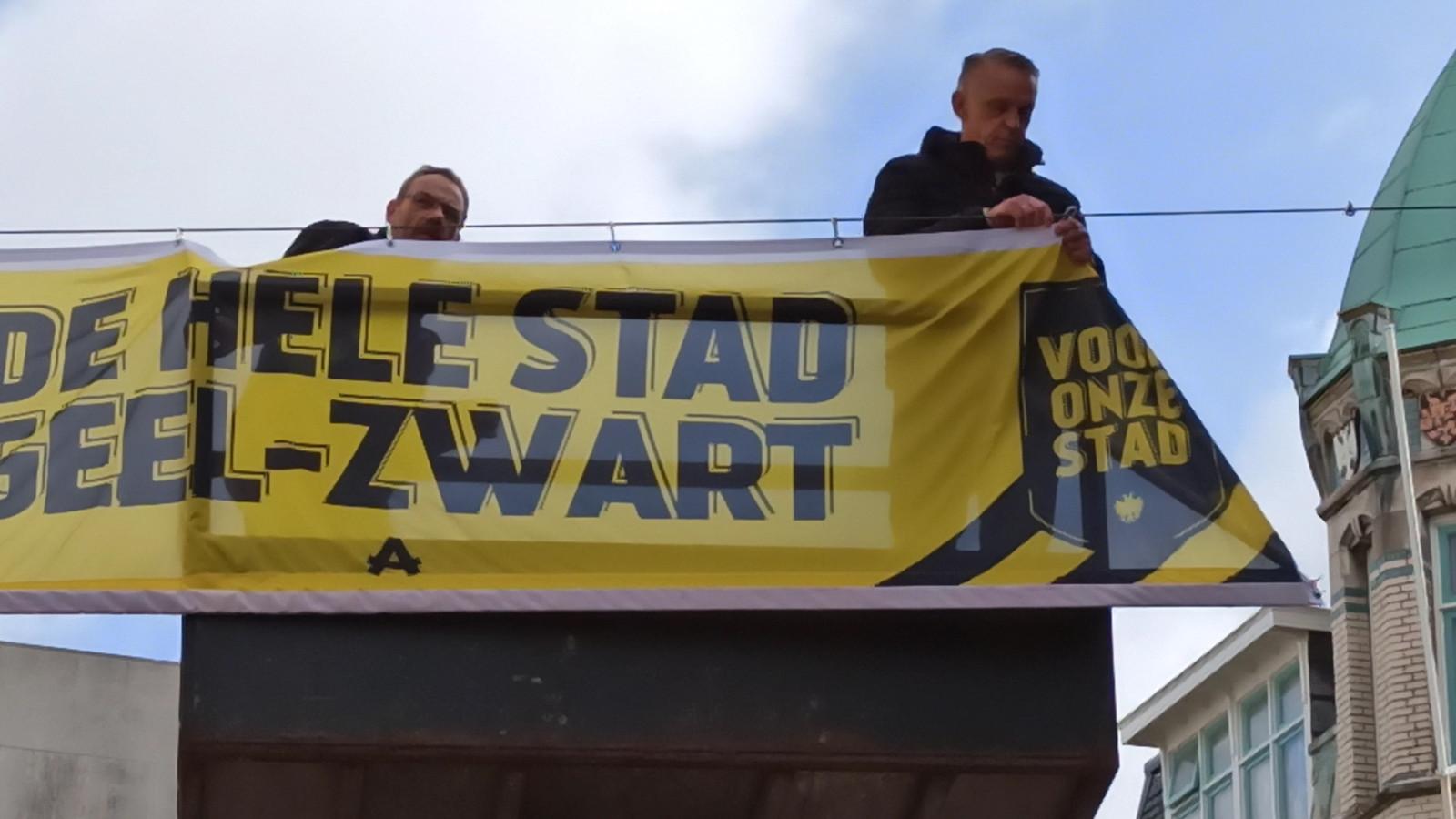 Vitessenaar Edward Sturing hang een spandoek op in het centrum van Arnhem om zijn club aan te moedigen. De club speelt zondag de bekerfinale in de Kuip tegen Ajax.