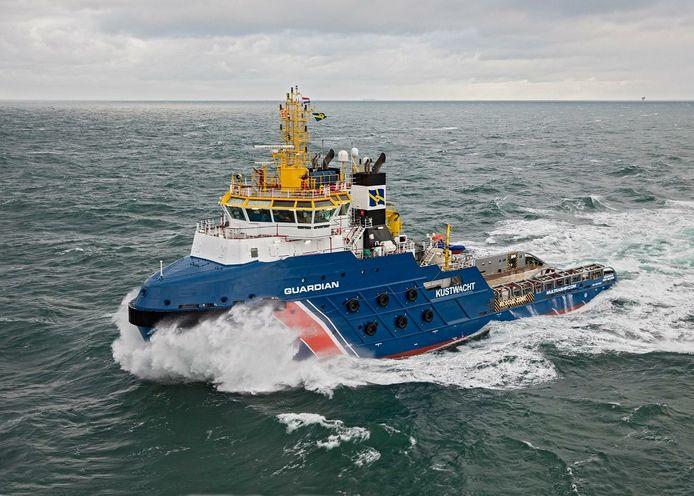 De Guardian van de kustwacht is onderweg naar containerschip Escape om het naar een plek te slepen waar het roer kan worden nagekeken.