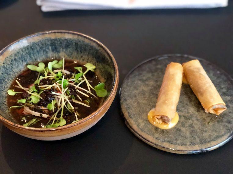 Het voorgerecht: runderbouillon met mini loempia's.