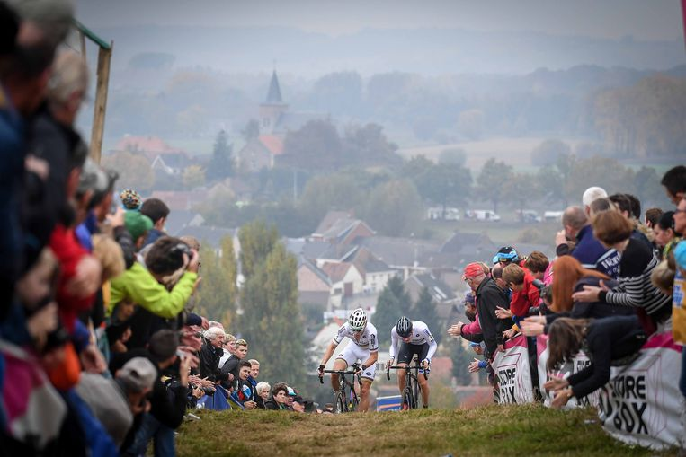 ► Wereldkampioen Wout van Aert en Toon Aerts klauteren omhoog tijdens de Koppenbergcross, vorig seizoen. Beeld TDW