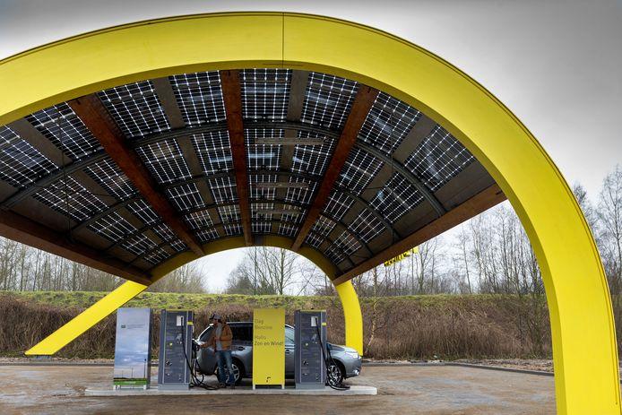 Het Fastned-snellaadstation op verzorgingsplaats Velder langs de A2 bij Boxtel.