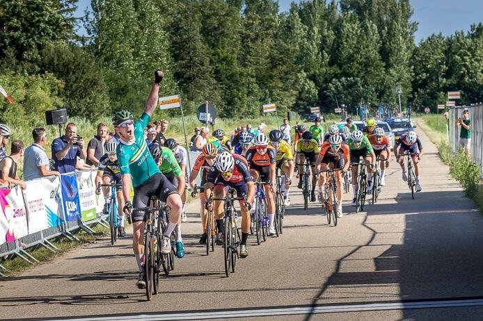 De Zuiderzeeronde van dit jaar werd een eclatant succes voor De IJsselstreek, met Marien Bogerd als winnaar. Jasper Schouten komt juichend als vijfde over de meet.
