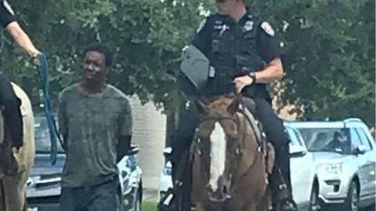 Texaanse politie door het stof na woede om 'racistische' foto van agenten die man aan touw meevoeren