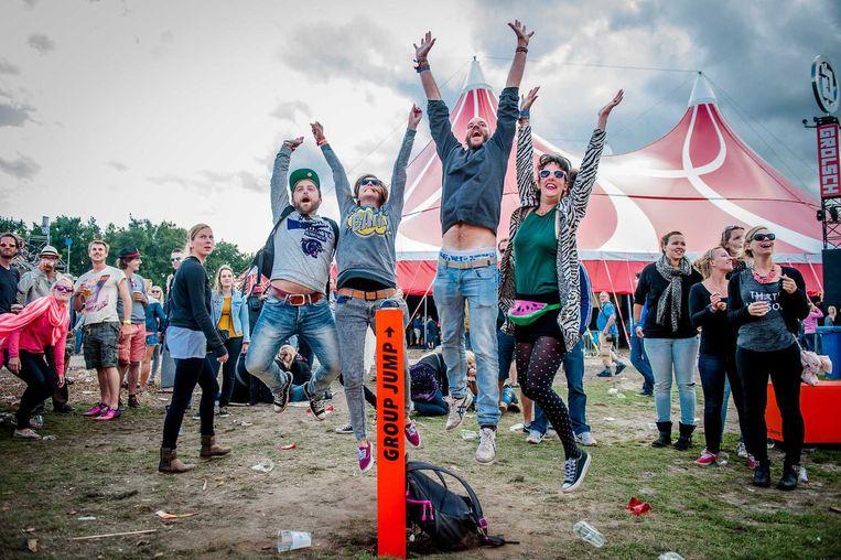 Bezoekers doen mee aan een group jump op de tweede dag van de 22e editie van het driedaagse muziekfestival Lowlands in 2014. Beeld anp