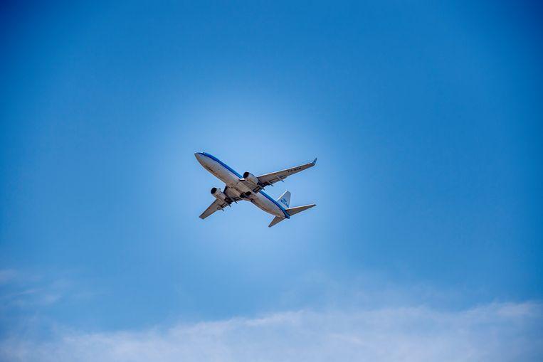 Een KLM-toestel nadert Schiphol voor de landing. Beeld Hollandse Hoogte/Robin Utrecht