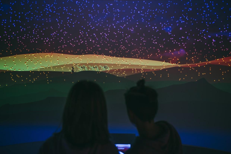 Museumbezoekers bij een decor van de Amsterdamse gamestudio YIPP.