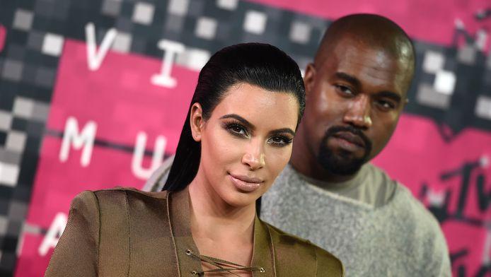 Kim Kardashian met op de achtergrond haar man Kanye West