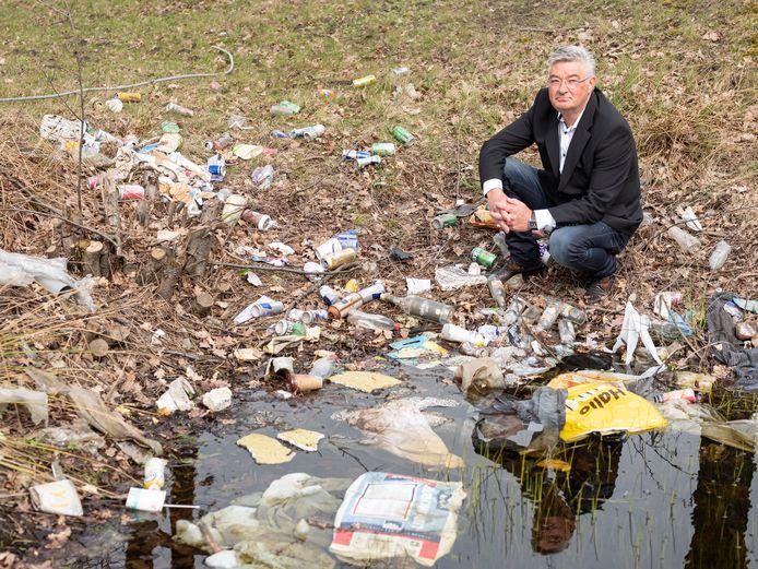 Amersfoorter Martin van der Veen (59) maakt zich al jaren zorgen over de enorme hoeveelheid rondslingerend afval. Hij prikt elke dag rotzooi van straat.