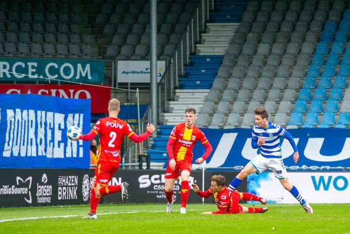 De Graafschap-middenvelder Jesse Schuurman schiet na goed doorzetten de 1-0 binnen tegen Go Ahead Eagles.