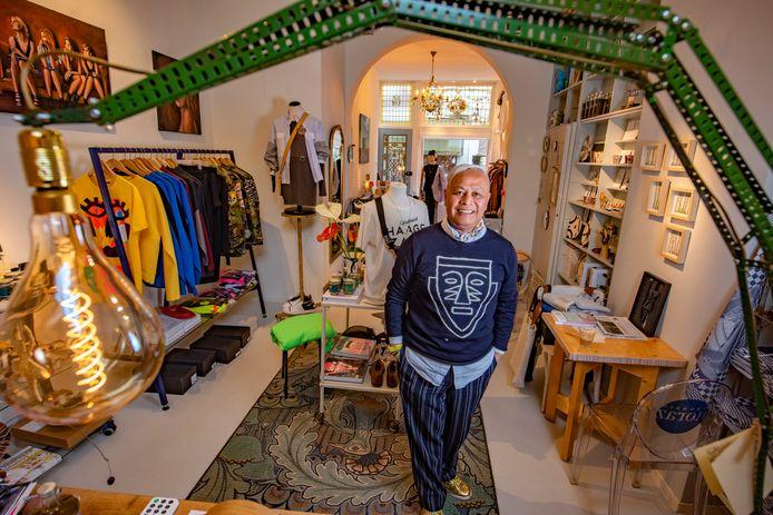 In zijn winkel verkoopt Horas Simanullang bijna alles van bevriende ondernemers: mannenkleding, boeken, kaarten, woonaccessoires en zelfs behang.