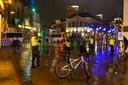 De politie positioneert zich op de Grote Markt.