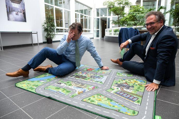 Burgemeester Bart De Wever (N-VA) en mobiliteitsschepen Koen Kennis (N-VA) waanden zich in juli 2020 even kind met de allereerste Antwerpse speelmat, waar nu een cynische parodie van is gemaakt