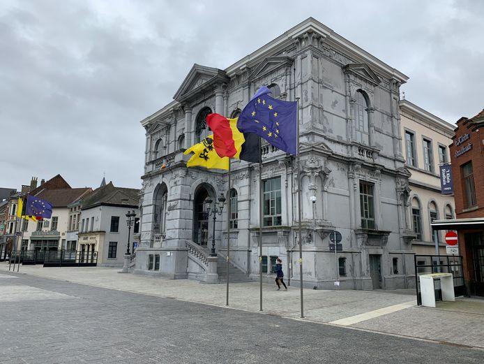 Vlaggen in Vilvoorde, de Vlaamse leeuw links van het stadhuis werd gestolen.