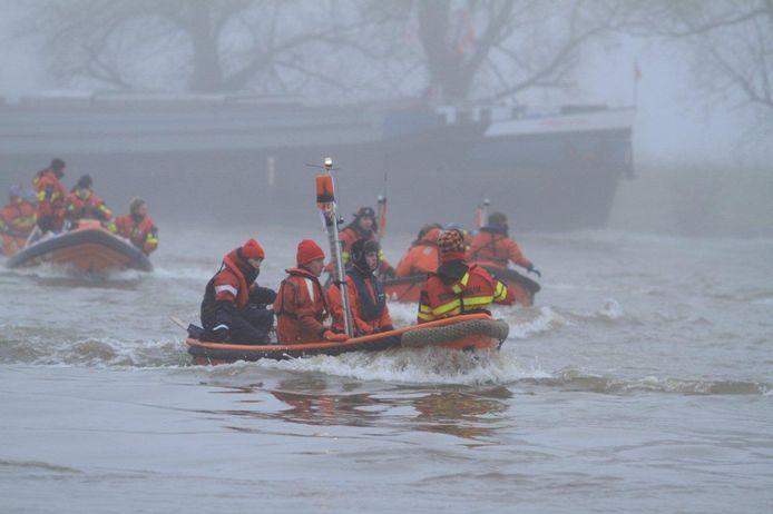 De boten van Serious Resque op de IJssel bij De Steeg. Foto: Martin de Jongh