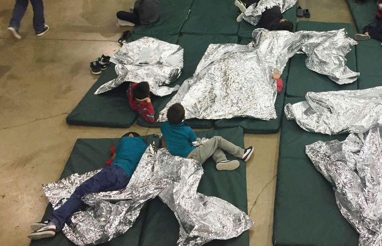 Kinderen in een opvangcentrum van de Customs & Border Protection (CPB) in McAllen, Texas. Beeld ASSOCIATED PRESS