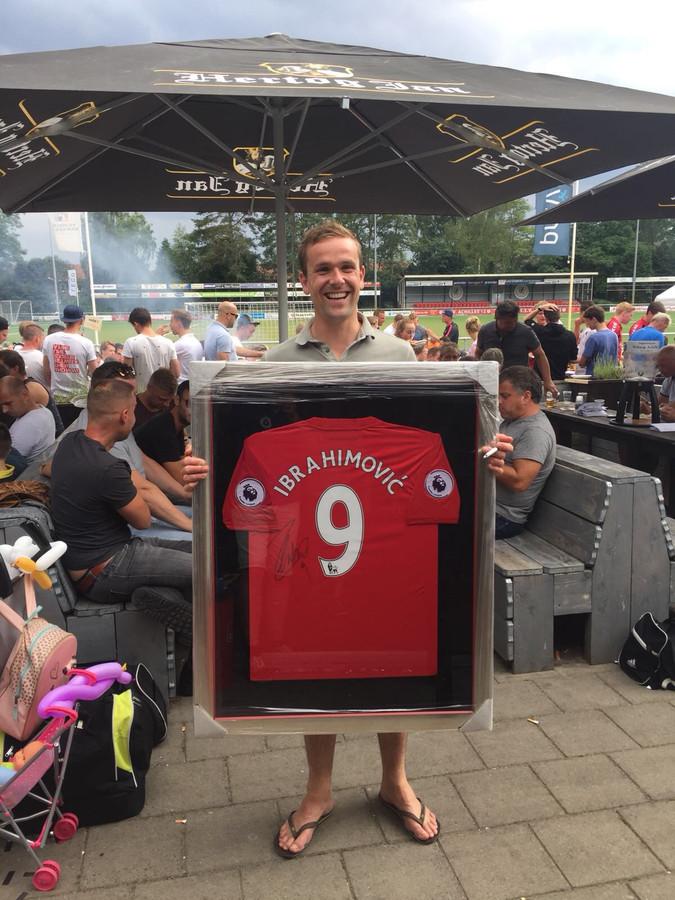 Tijdens het Joubert-toernooi bij Achilles'12 in Hengelo betaalt Rick Dekkers 900 euro voor het gesigneerde shirt van Zlatan Ibrahimovic