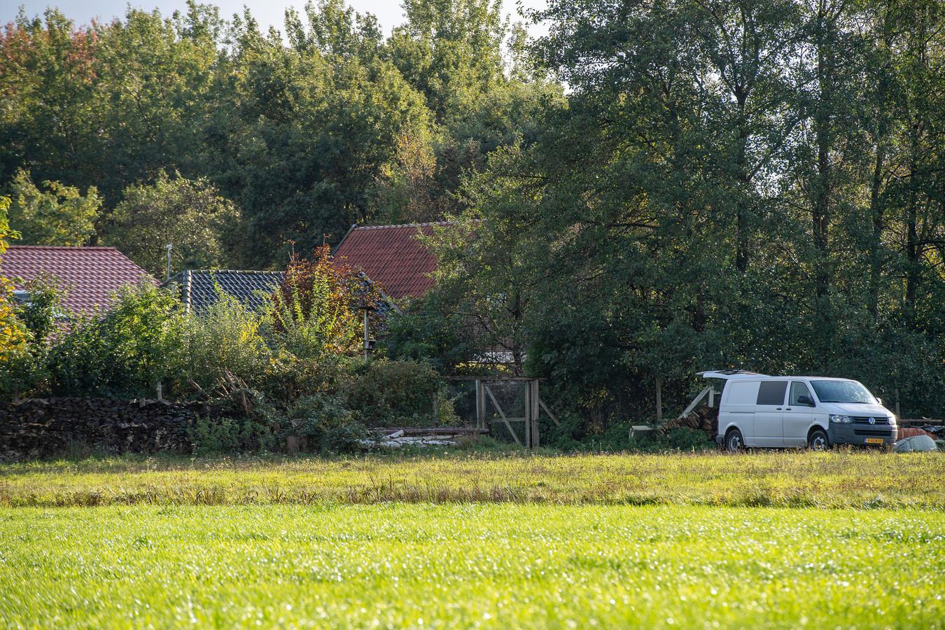 De politie doet onderzoek bij de boerderij