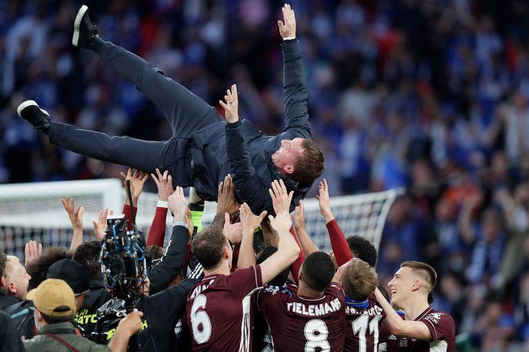 Trainer Brendan Rodgers gaat de lucht in nadat Leicester City de bekerfinale heeft gewonnen. Beeld AFP