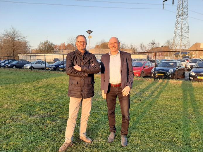 Martin van den Kieboom (links)  en Geert Steenbakkers op de plek van de nieuwbouw. Op de achtergrond de containers die gesloopt gaan worden