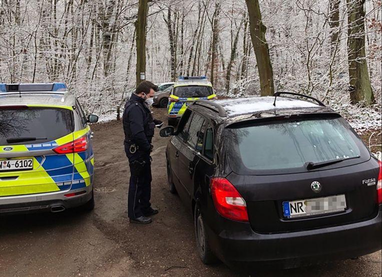 De Duitse politie deelde dit beeld over de interventie bij het illegale openluchtfeest. Beeld Polizei Euskirchen