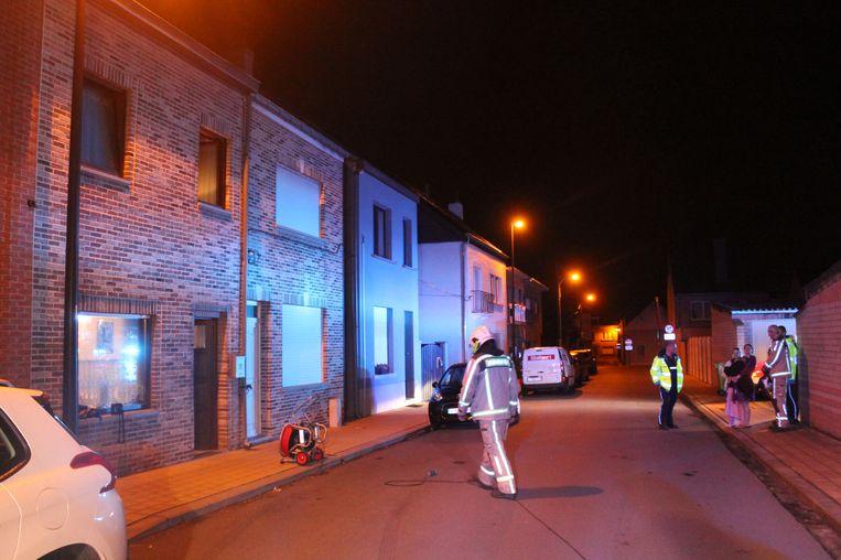 De brandweer bij de getroffen woning in de Sint-Gabriëlstraat.
